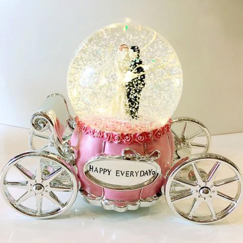 Hộp nhạc quả cầu thủy tinh xe ngựa cô dâu có đèn 60370
