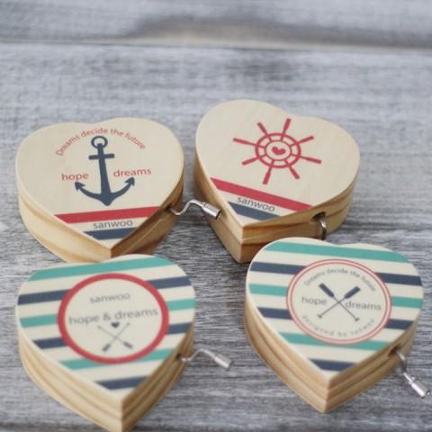 Hộp nhạc gỗ quay tay trái tim - Hình thuyền