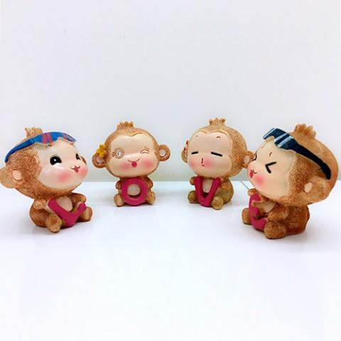 Khỉ Yoyo và Cici ôm chữ LOVE hồng